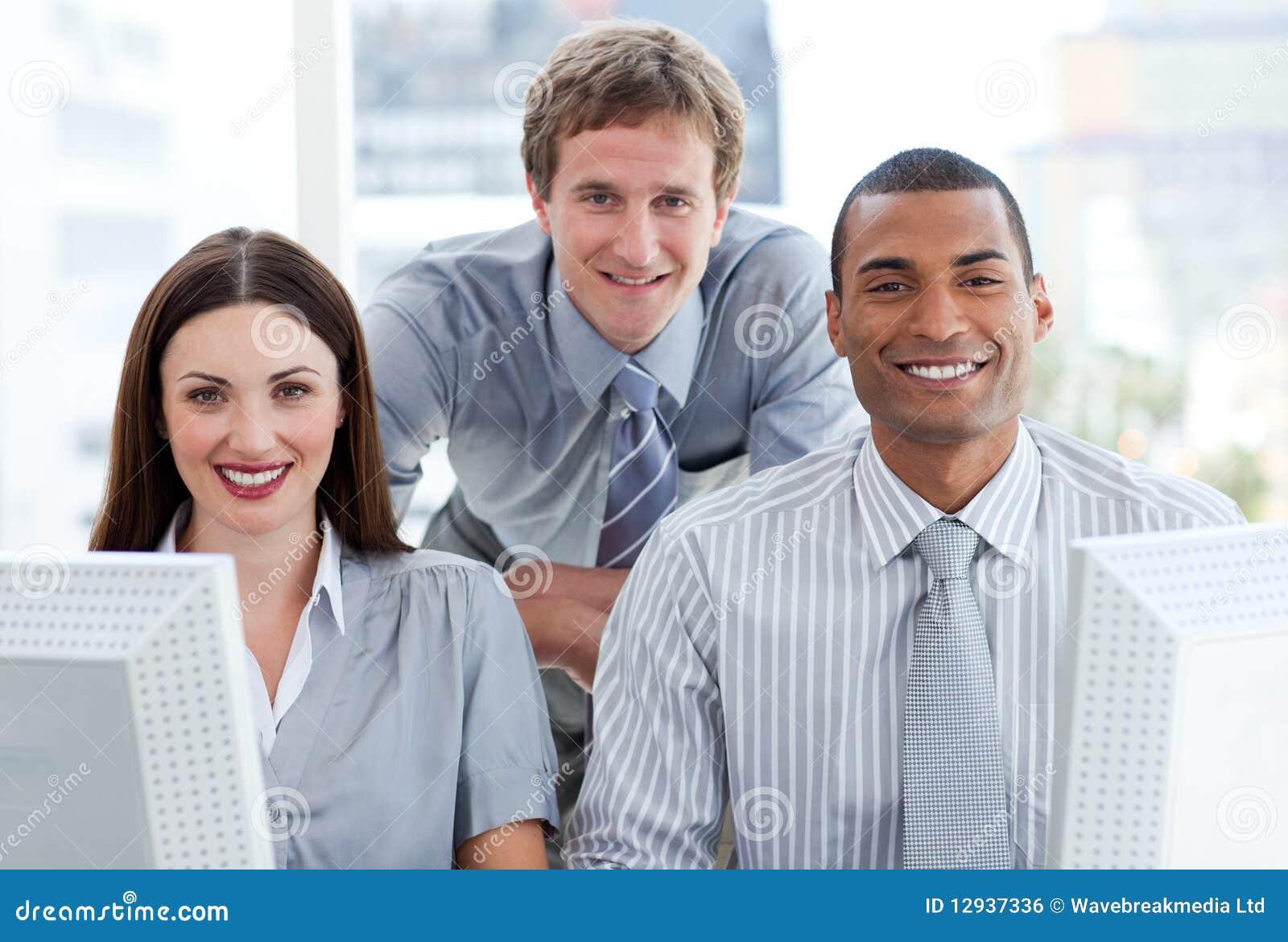 Groupe ambitieux d affaires travaillant à un ordinateur