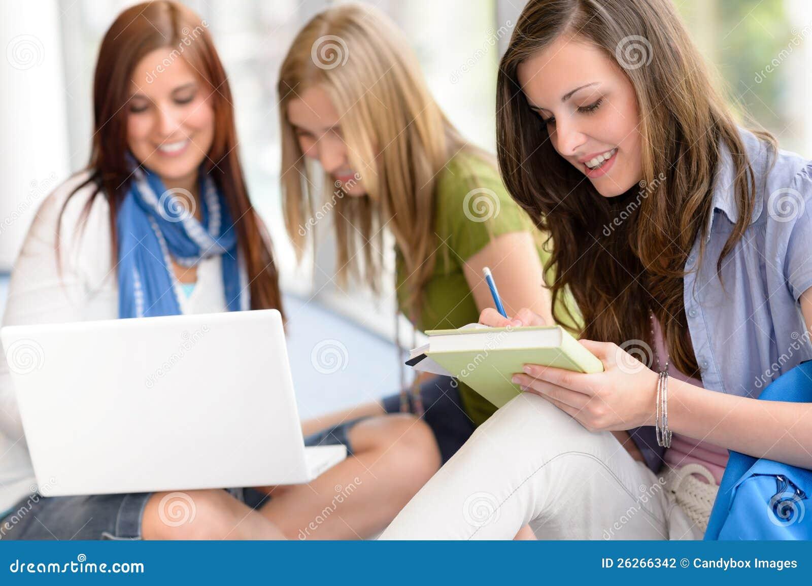 Groupe d étude d adolescent d étudiant au lycée
