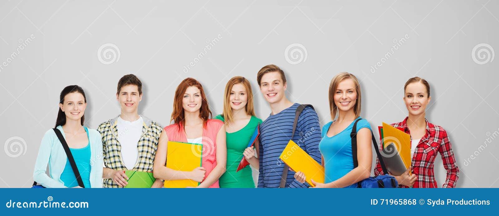 Groupe d étudiants adolescents avec des dossiers et des sacs