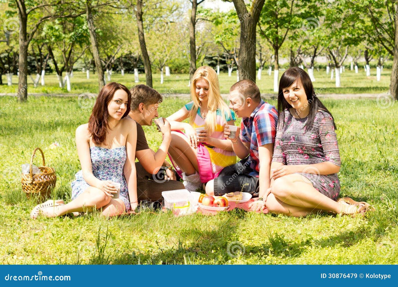 Groupe d étudiants appréciant un pique-nique d été
