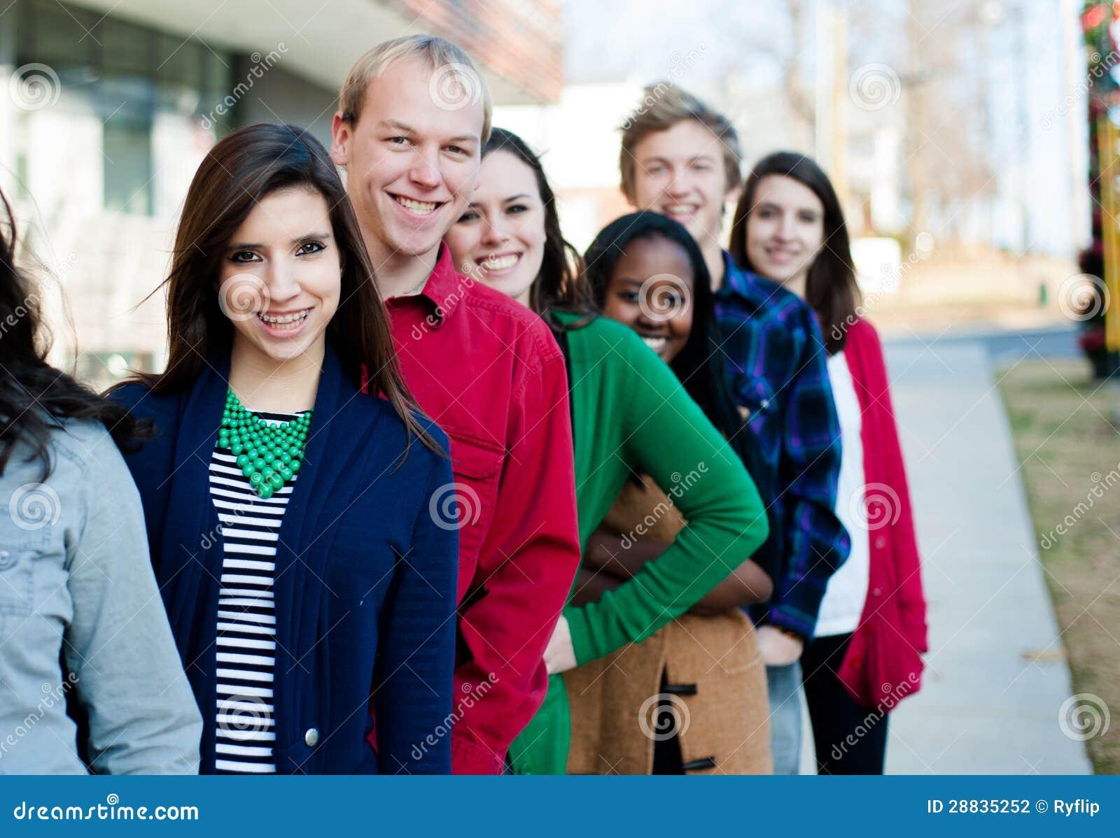 Groupe d étudiants divers à l extérieur