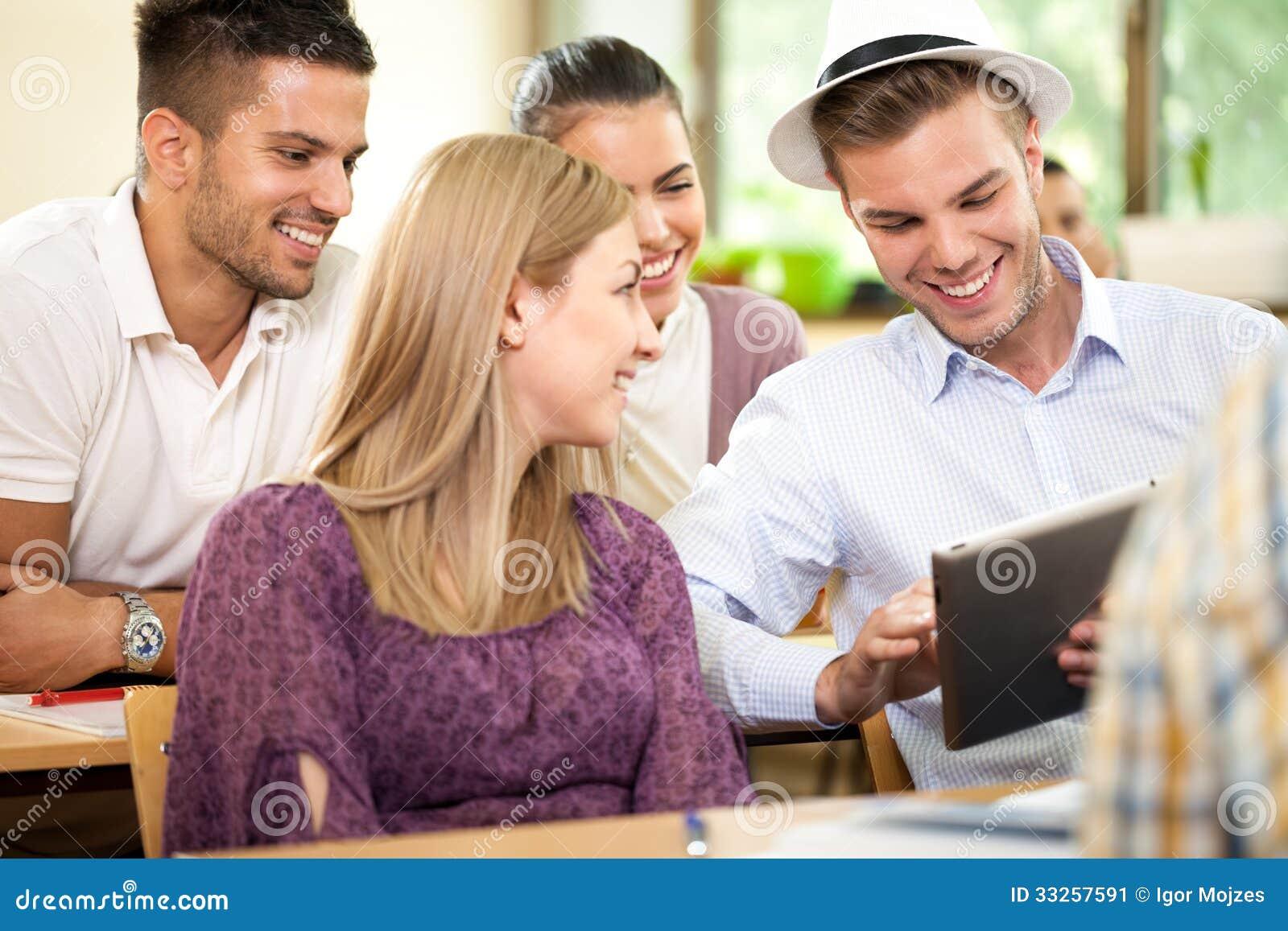Groupe d étudiants heureux avec le PC de comprimé