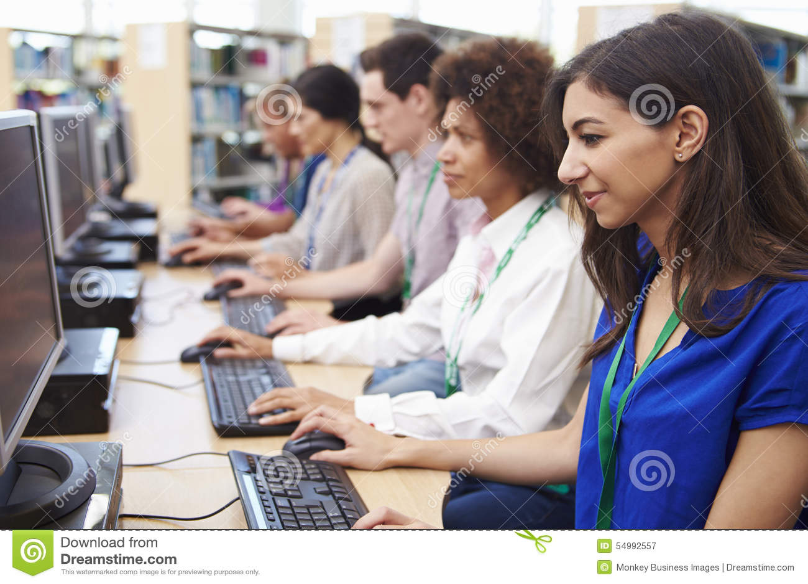 Groupe d étudiants mûrs travaillant aux ordinateurs