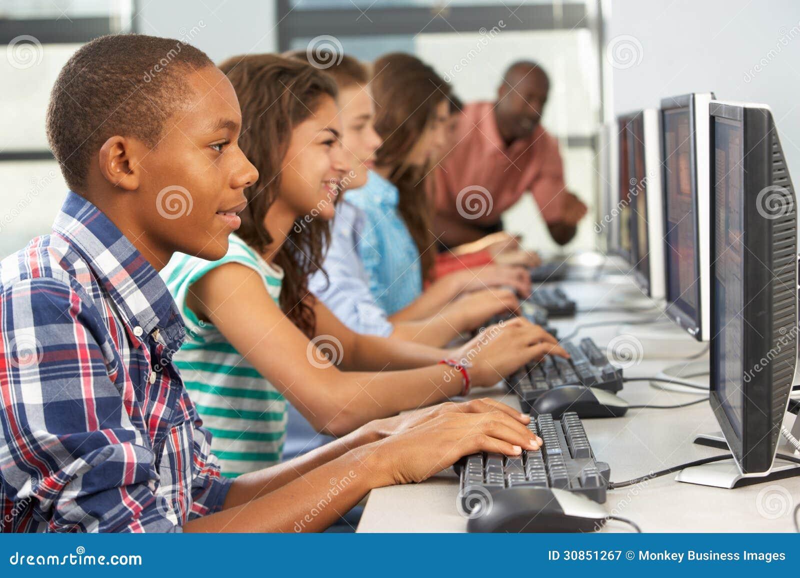 Groupe d étudiants travaillant aux ordinateurs dans la salle de classe