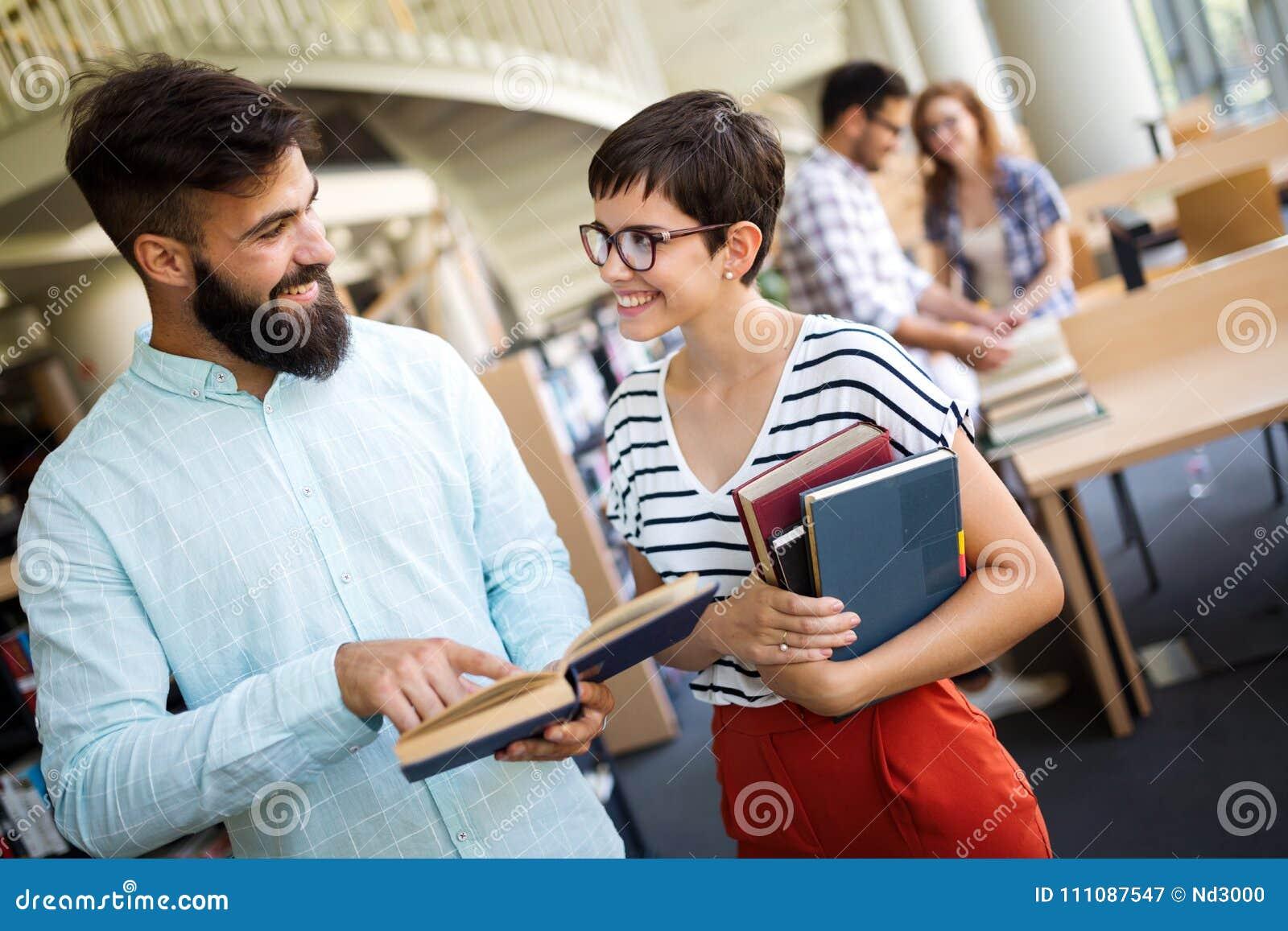 Groupe d étudiants universitaires étudiant à la bibliothèque