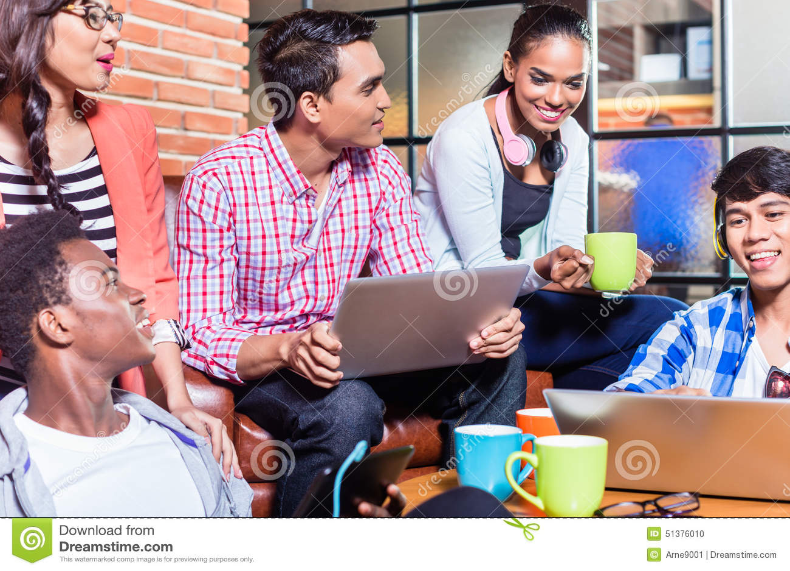 Groupe d étudiants universitaires de diversité apprenant sur le campus