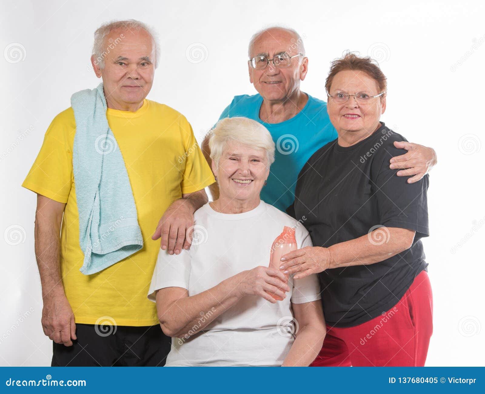 Groupe d aînés faisant le sport