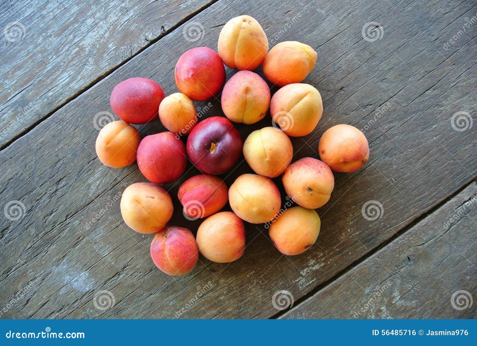 Groupe d abricots oranges mûrs sur la table en bois rustique