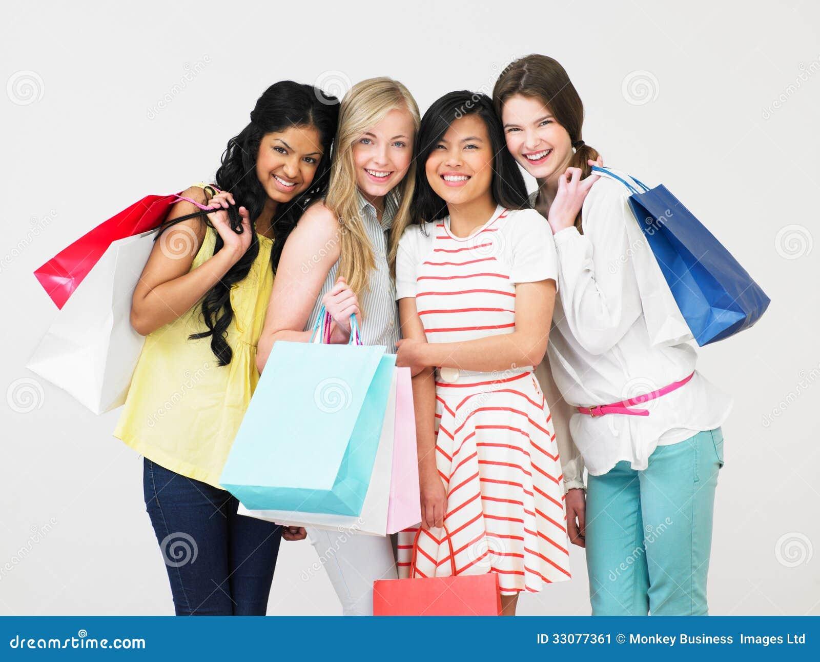 Groupe d 39 adolescente avec des sacs provisions image for Stylish dreams group