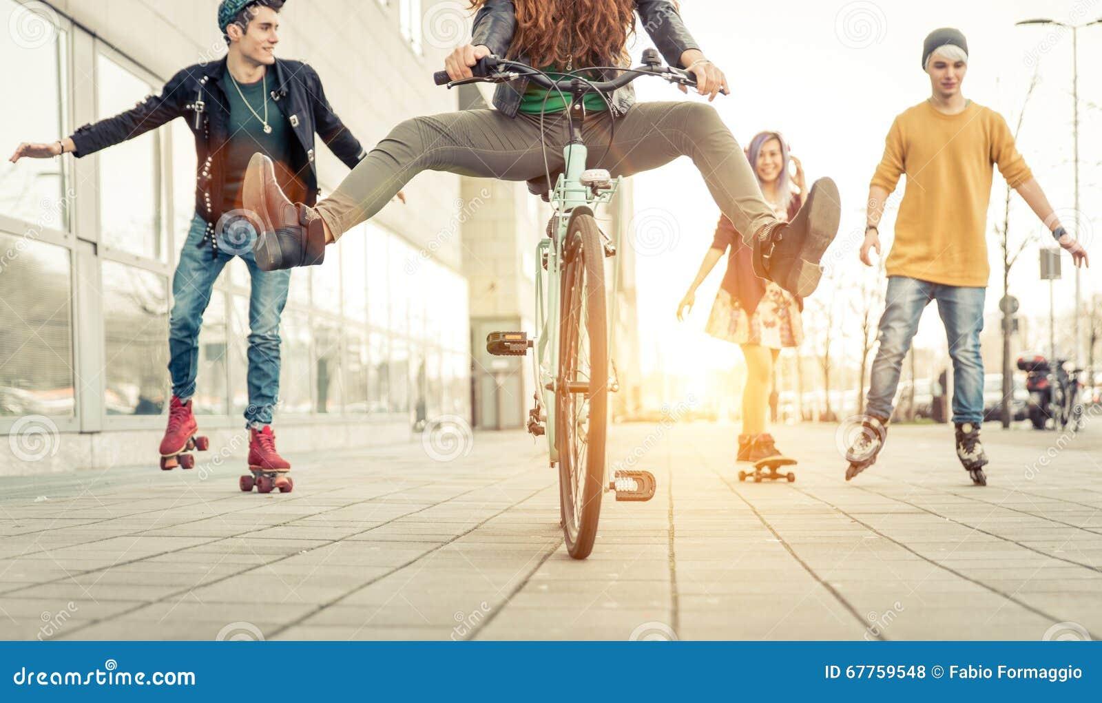 Groupe d adolescents actifs en ville quatre ados faisant le recreationa