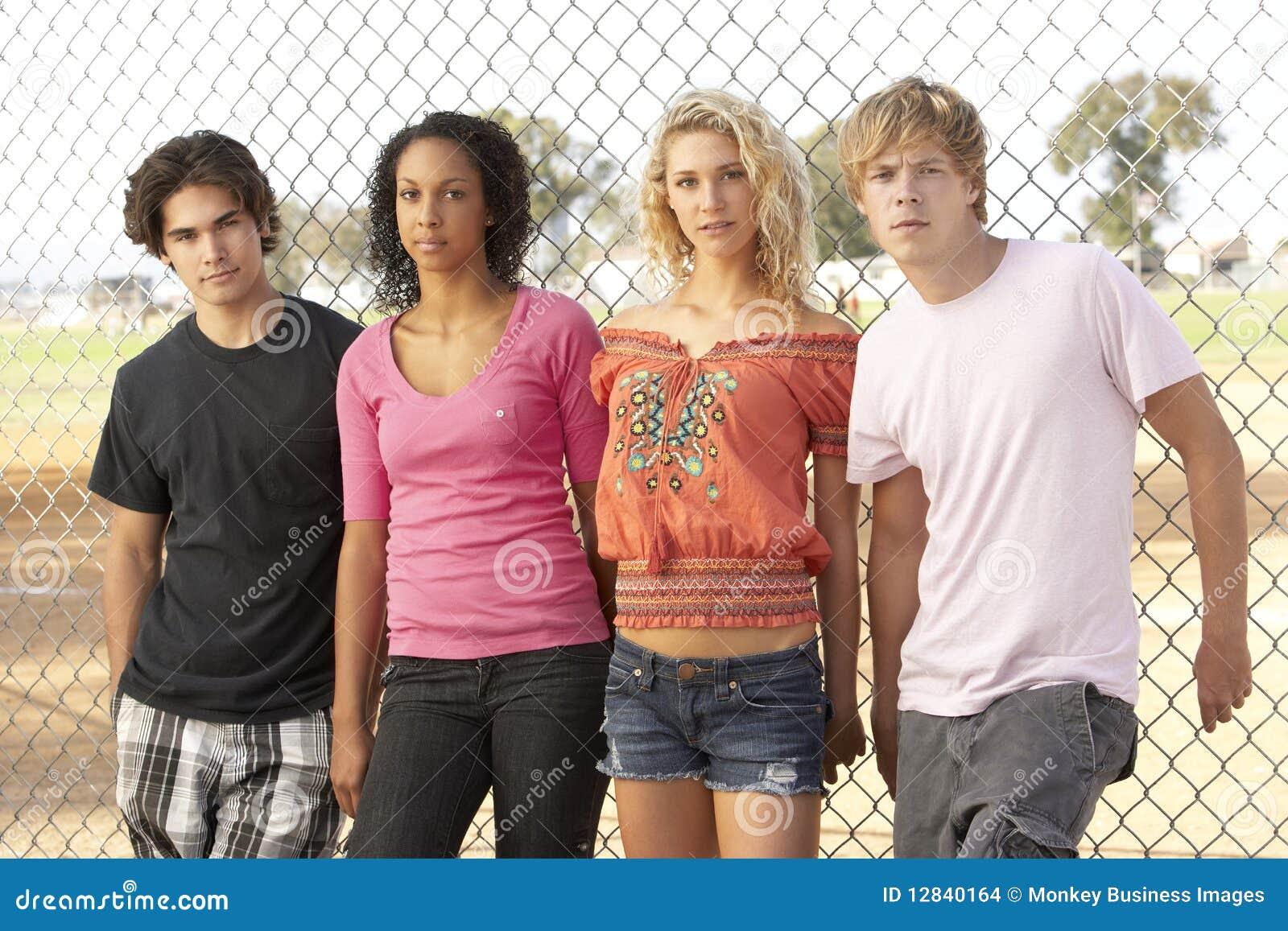 Groupe d adolescents dans la cour de jeu