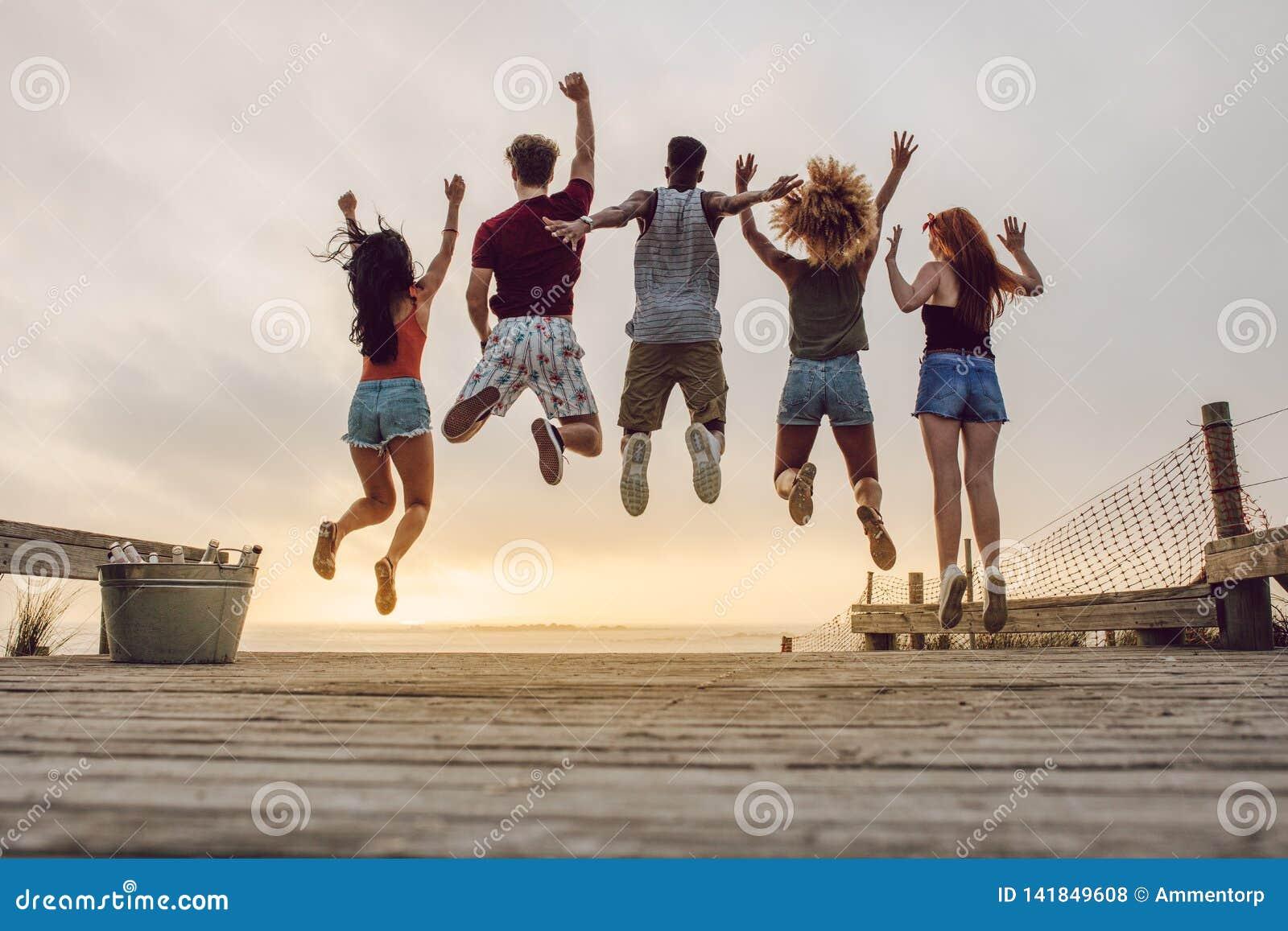 Groupe d amis appréciant à la plage