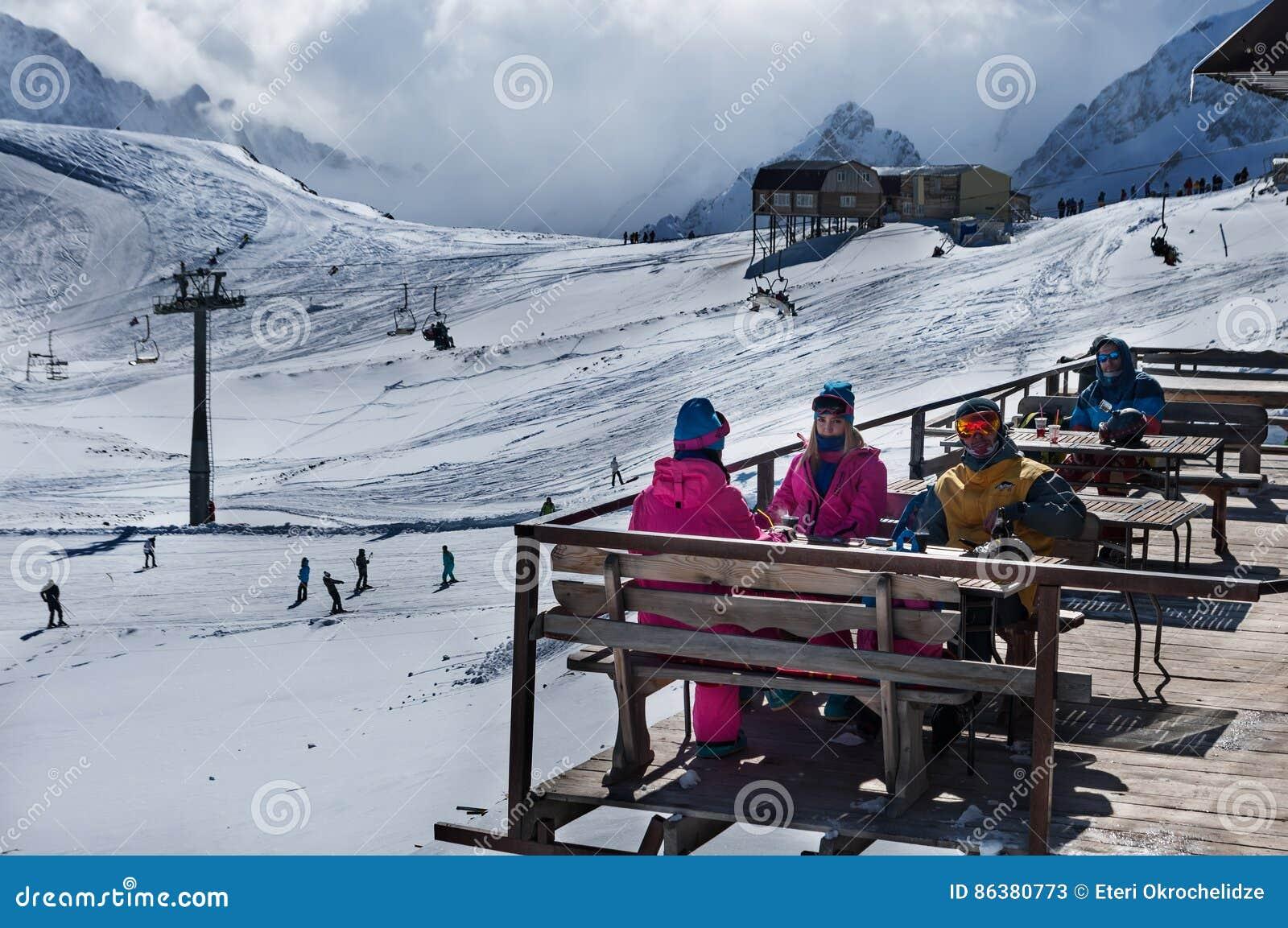 Groupe d amis appréciant la boisson chaude en café chez Ski Resort