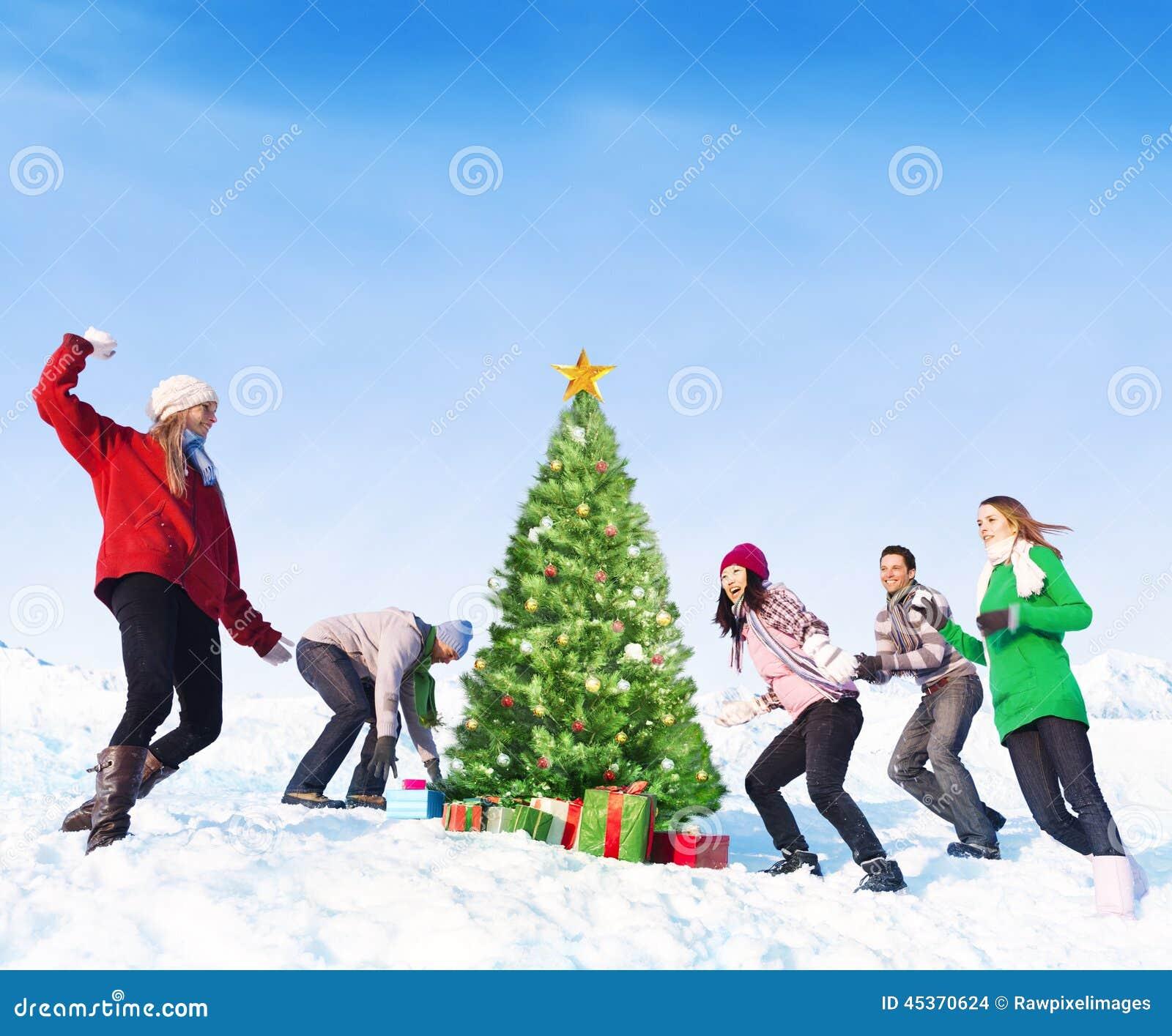 Groupe d amis ayant l amusement dans la neige