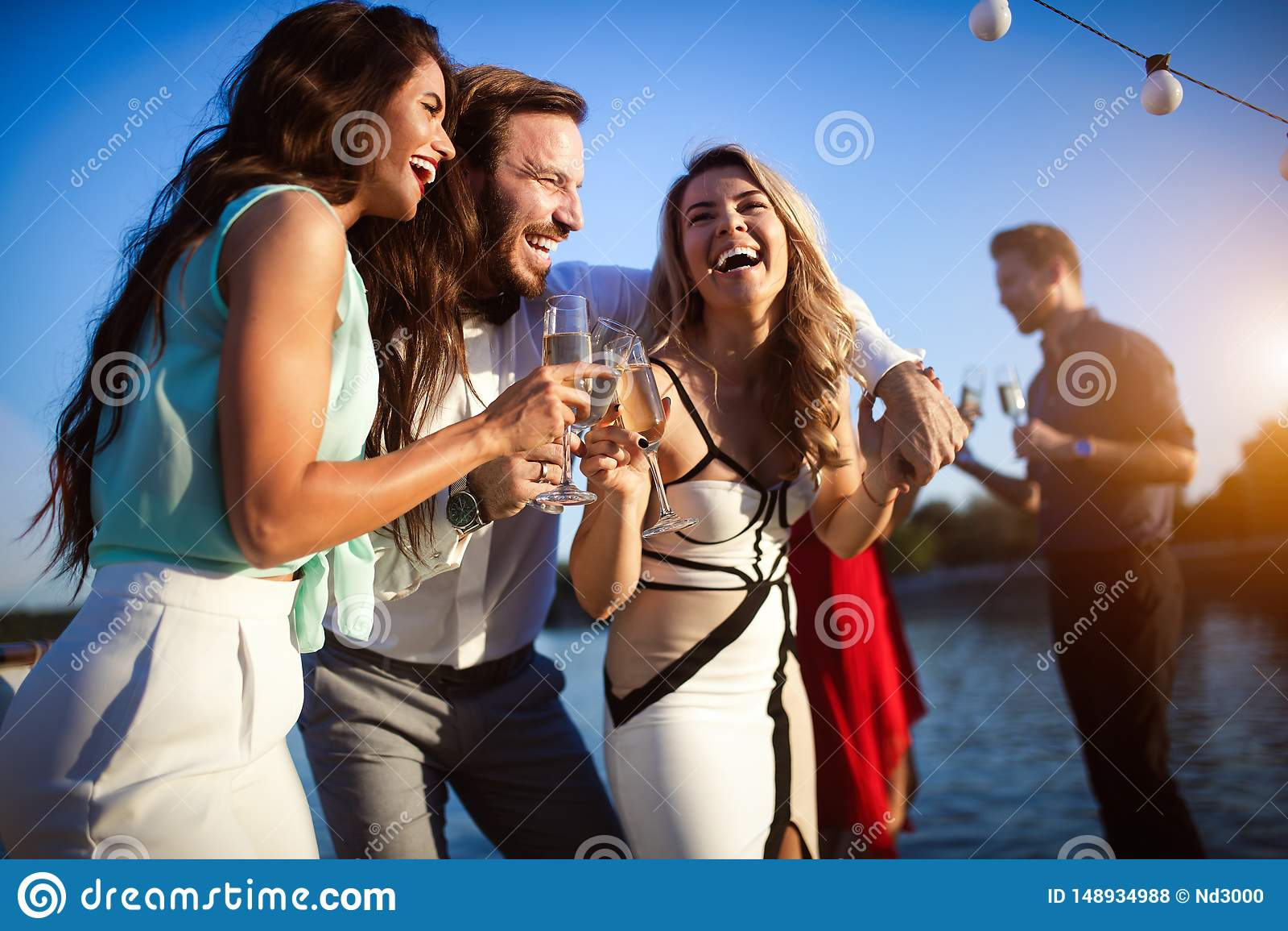 Groupe d amis ayant l amusement et c?l?brant le rassemblement de groupe