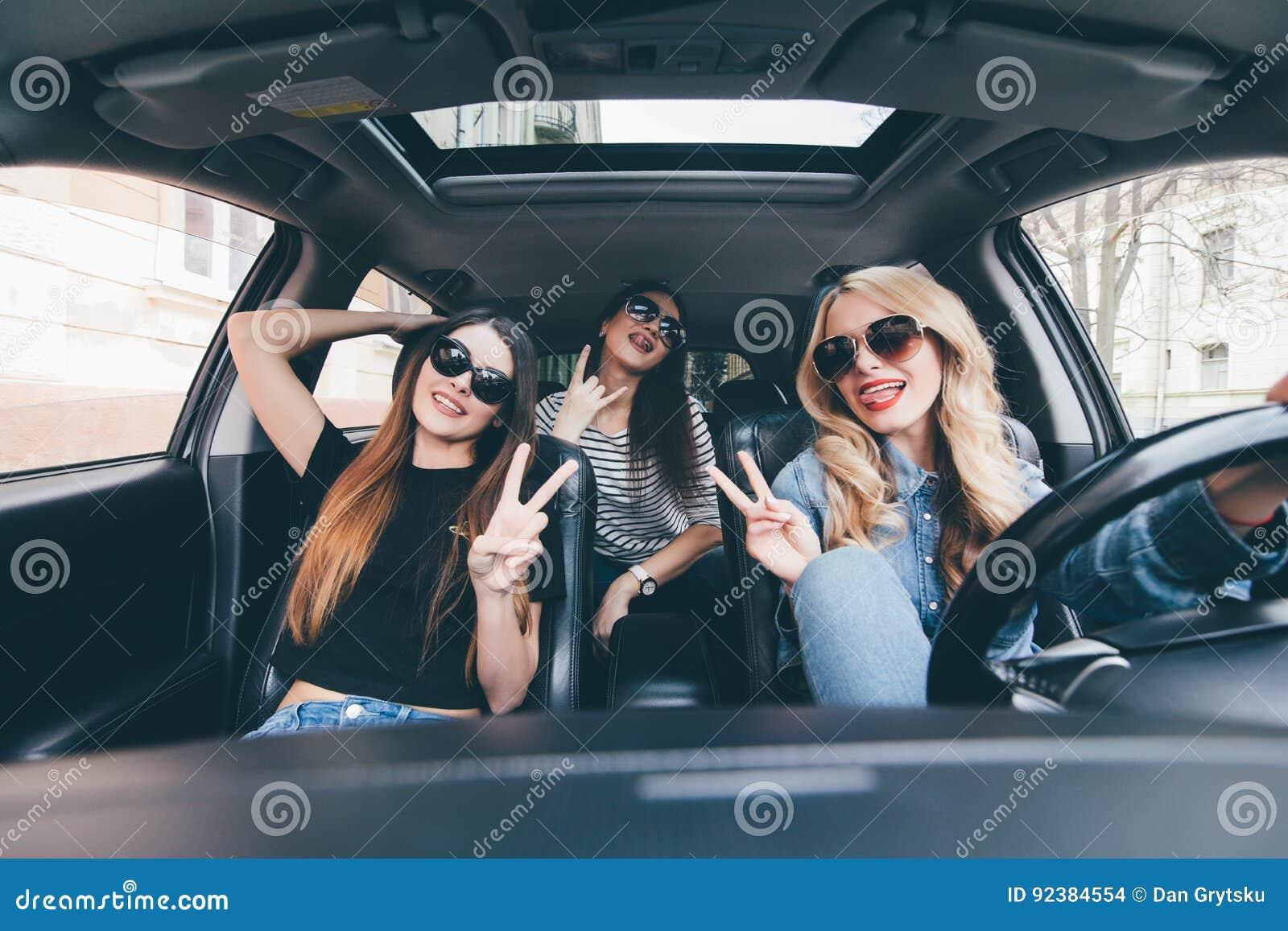 groupe d 39 amis ayant l 39 amusement sur la voiture chant et rire dans la commande de voiture au. Black Bedroom Furniture Sets. Home Design Ideas