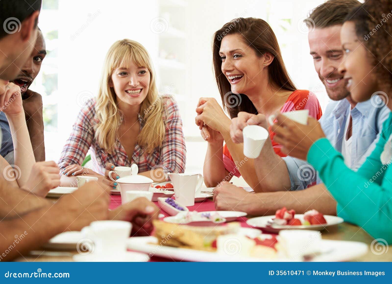 Groupe d amis ayant le fromage et le café au dîner