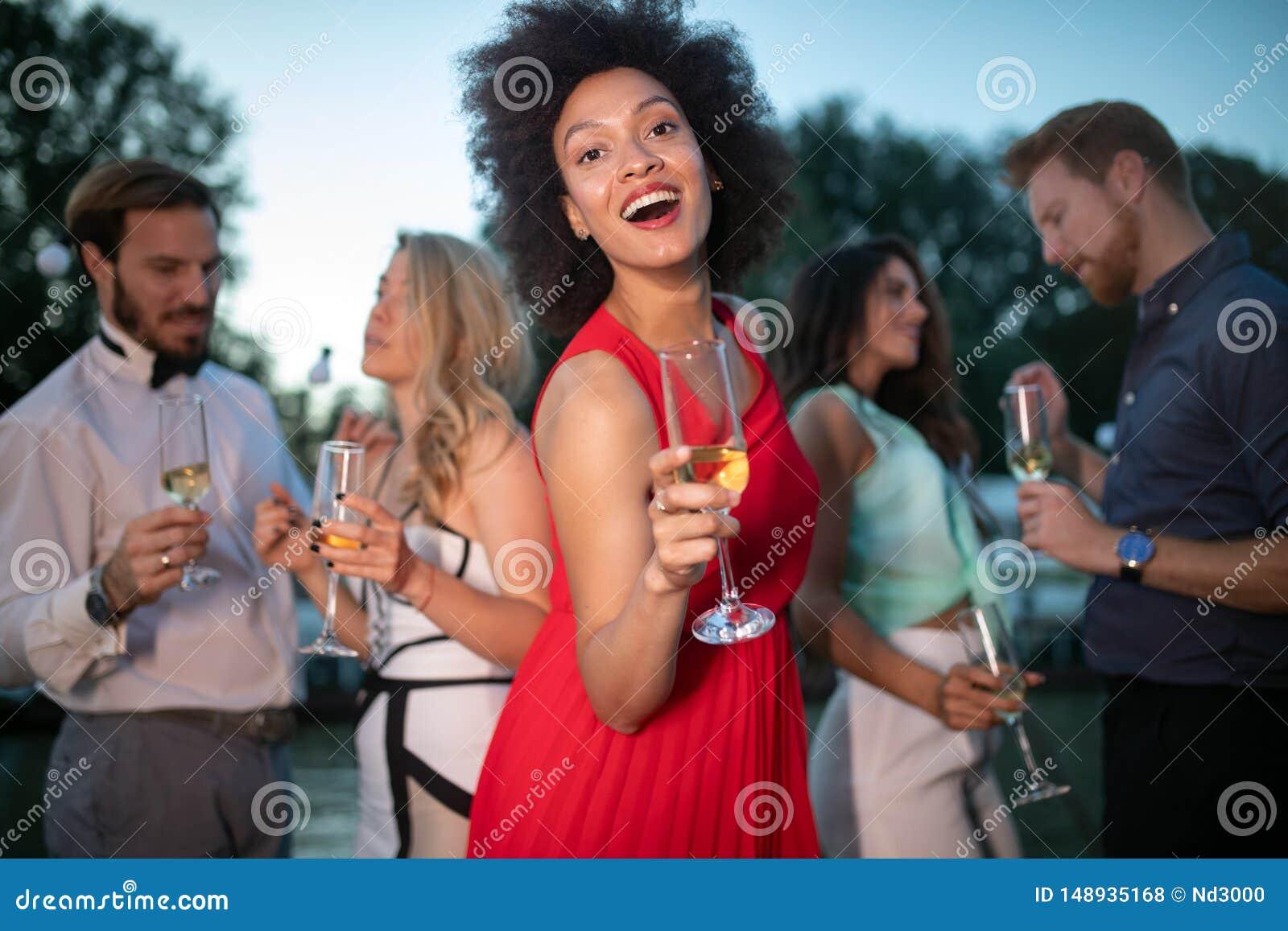 Groupe d amis buvant, causant et ayant un amusement ? la partie ext?rieure