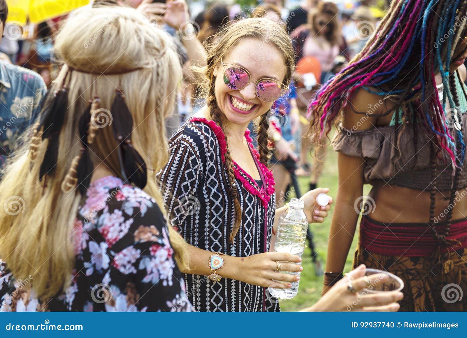 Groupe d amis buvant des bières appréciant le festival de musique ensemble
