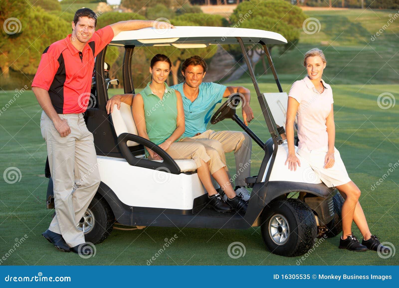 Groupe d amis conduisant dans la poussette de golf