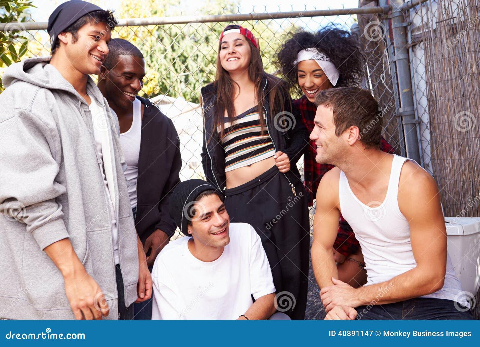 Groupe d amis dans la barrière se tenante prêt d environnement urbain