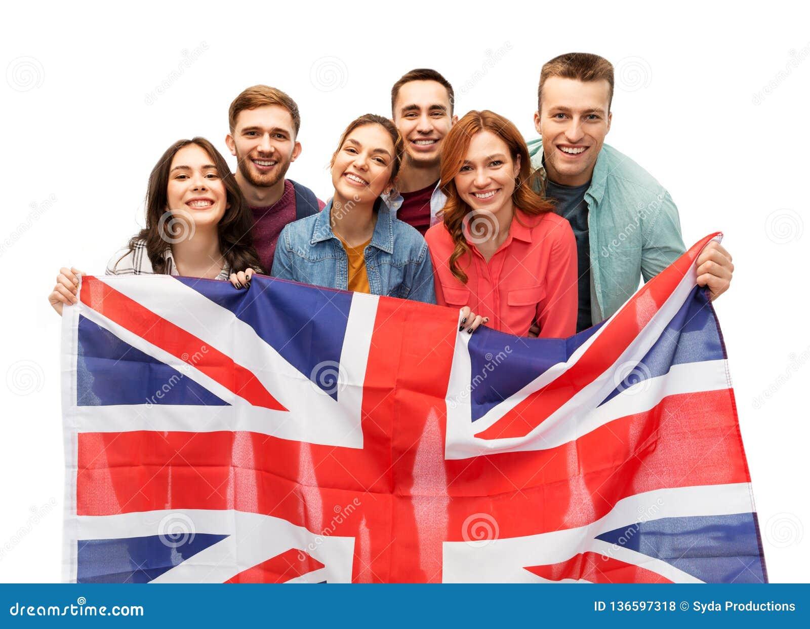 Groupe d amis de sourire avec le drapeau britannique
