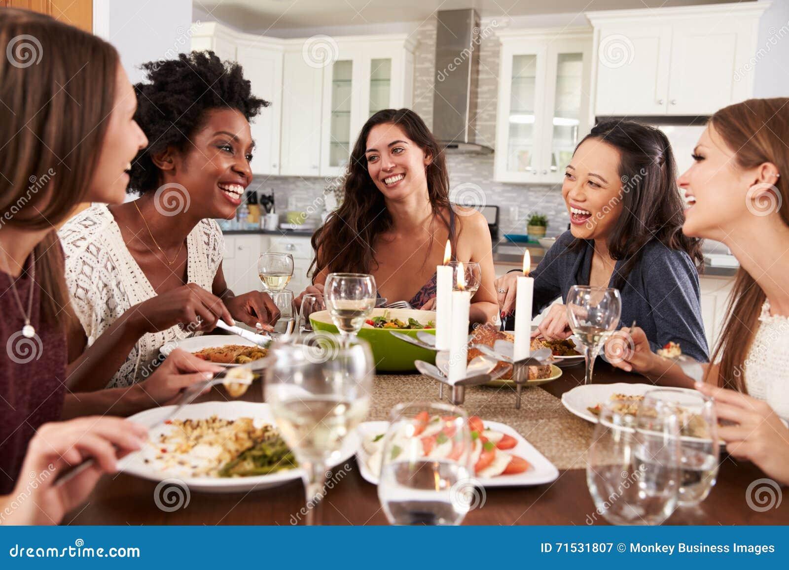 Groupe d amis féminins appréciant le dîner à la maison