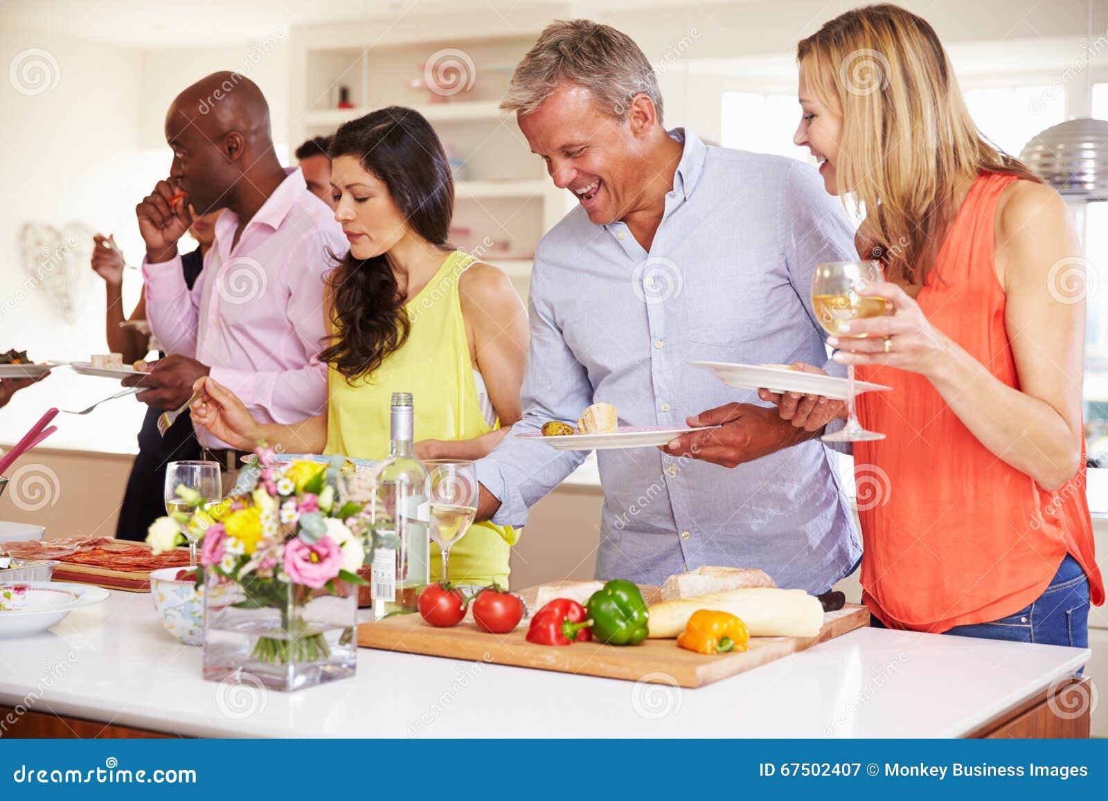Groupe d amis mûrs appréciant le buffet au dîner