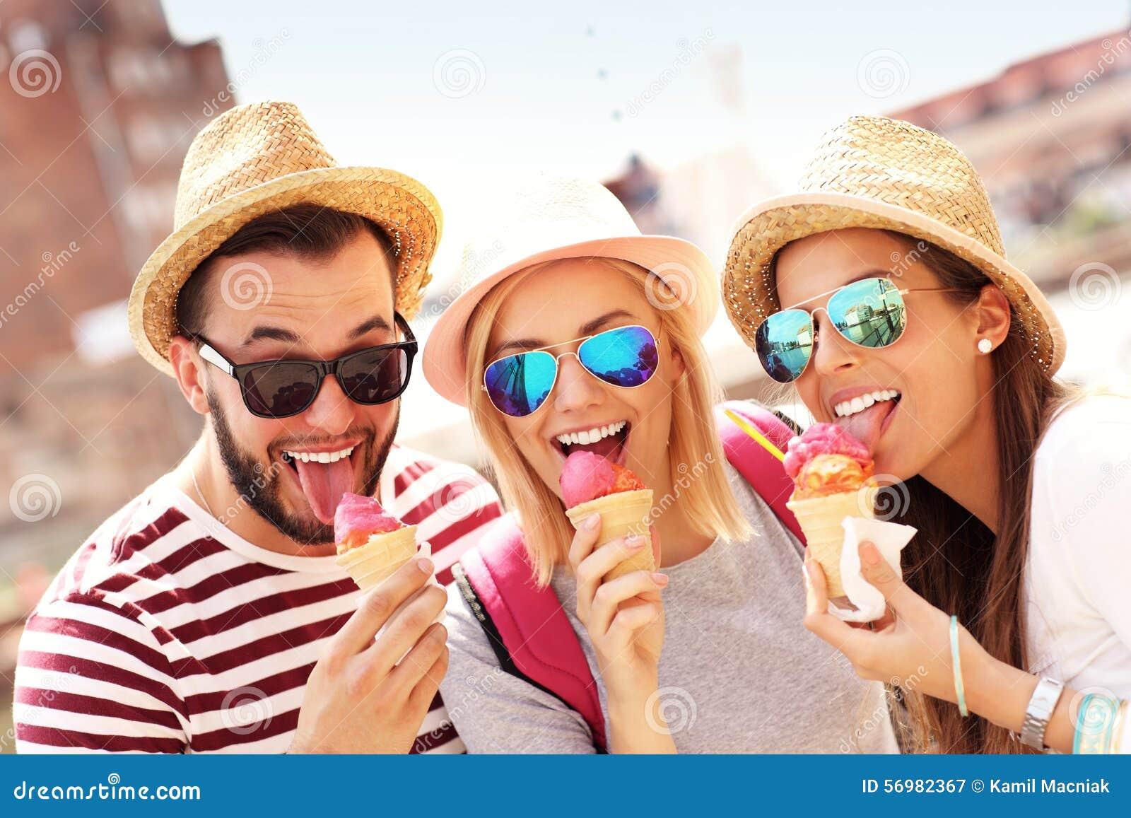 Groupe d amis mangeant de la glace à Danzig