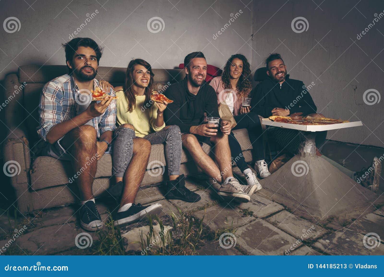 Groupe d amis observant un film