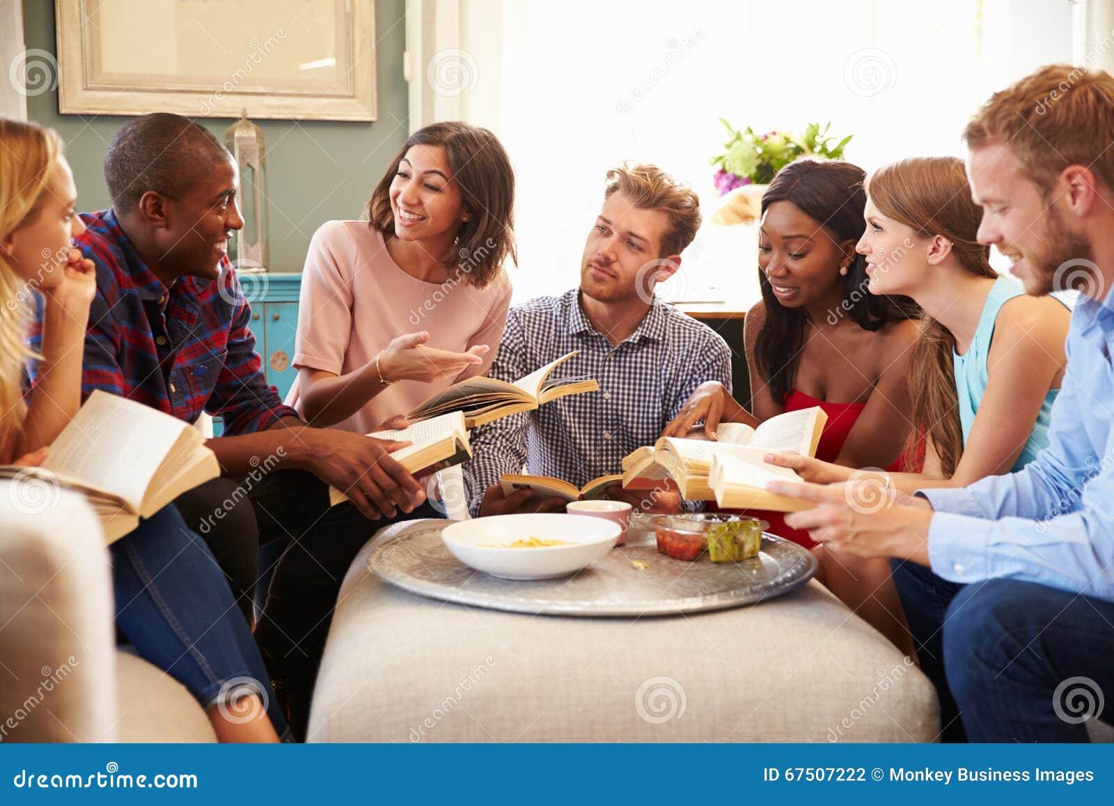 Groupe d amis participant dans le club de lecture à la maison