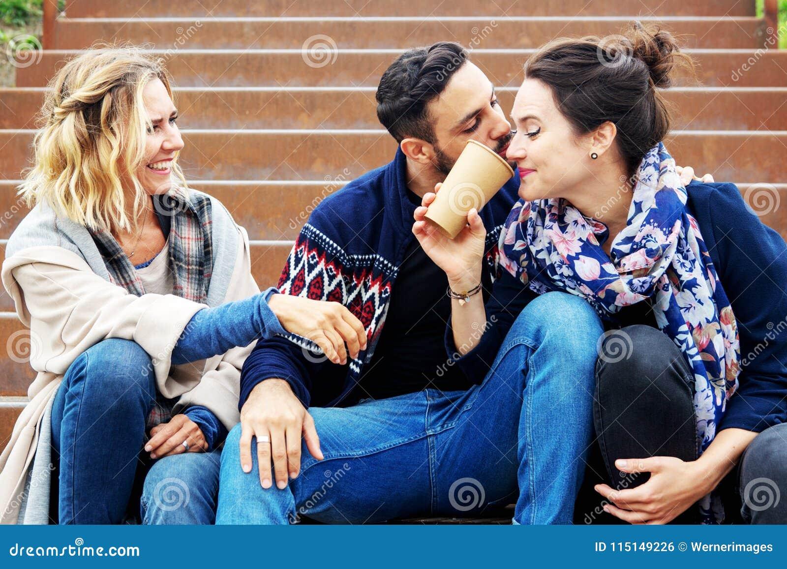 Groupe d amis s asseyant dehors sur des escaliers