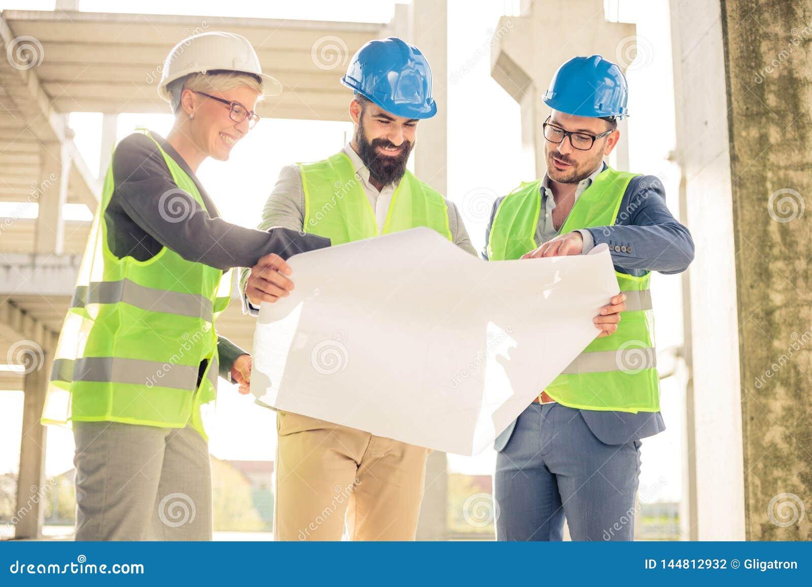 Groupe d architectes ou d associés se réunissant sur un chantier de construction