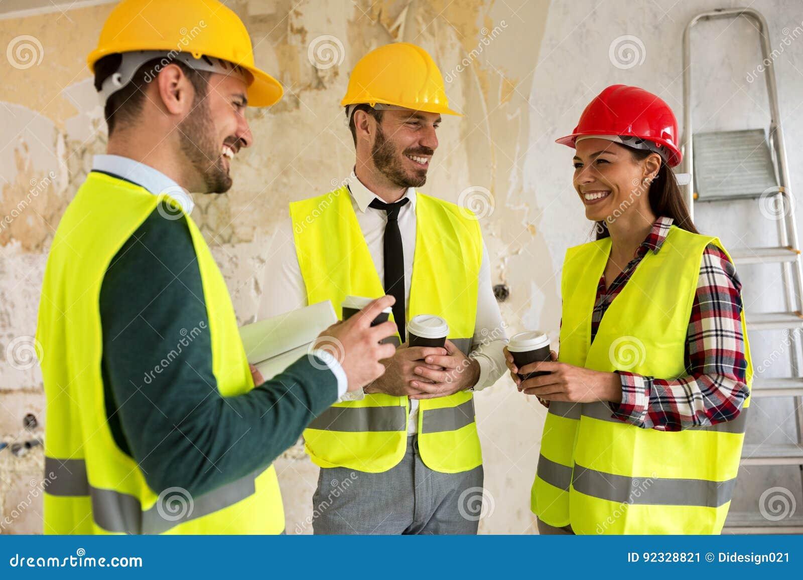 Groupe d architectes parlant sur la pause-café au chantier de construction