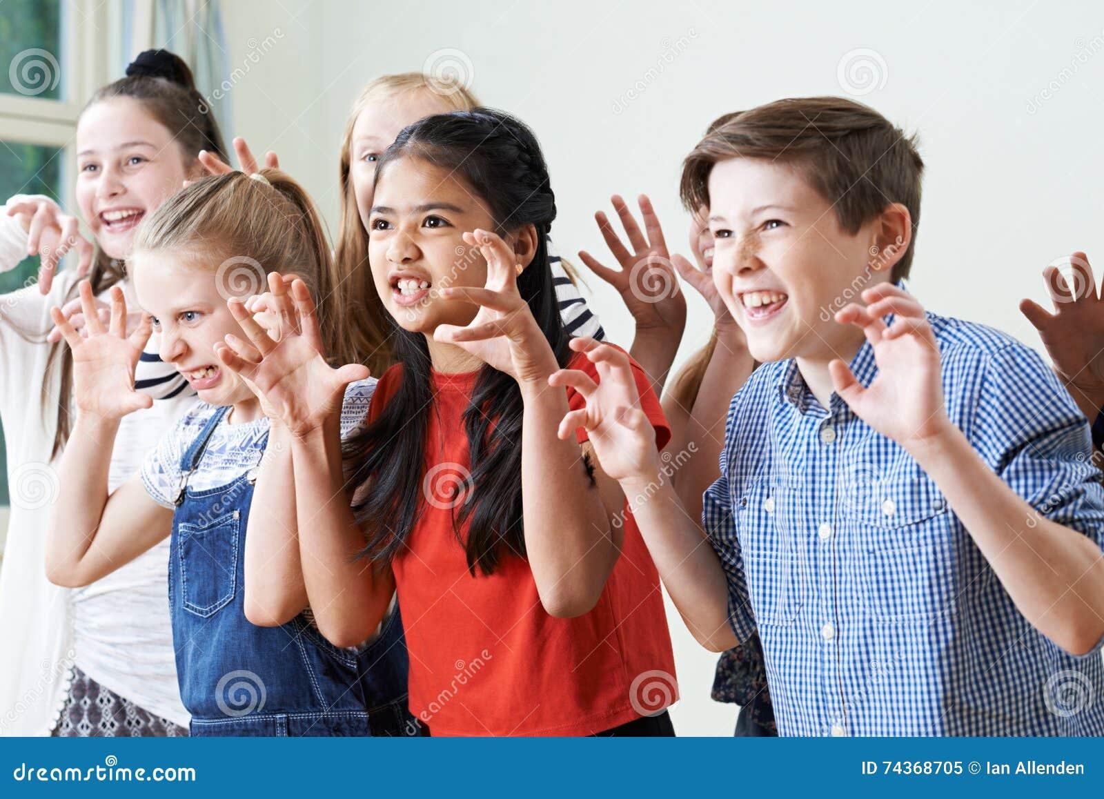 Groupe d enfants appréciant le club de drame ensemble