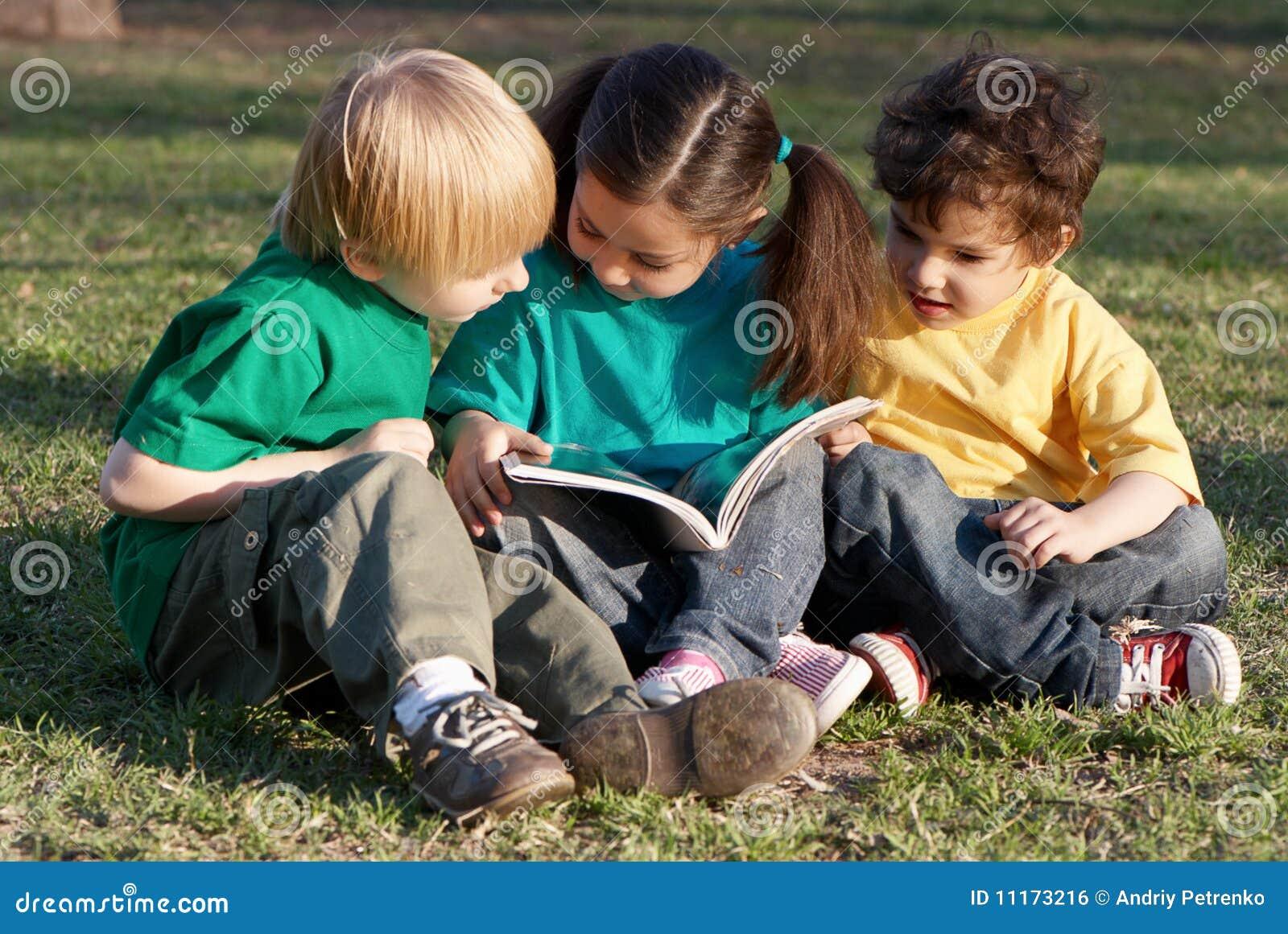 groupe d 39 enfants avec le livre photo stock image 11173216. Black Bedroom Furniture Sets. Home Design Ideas