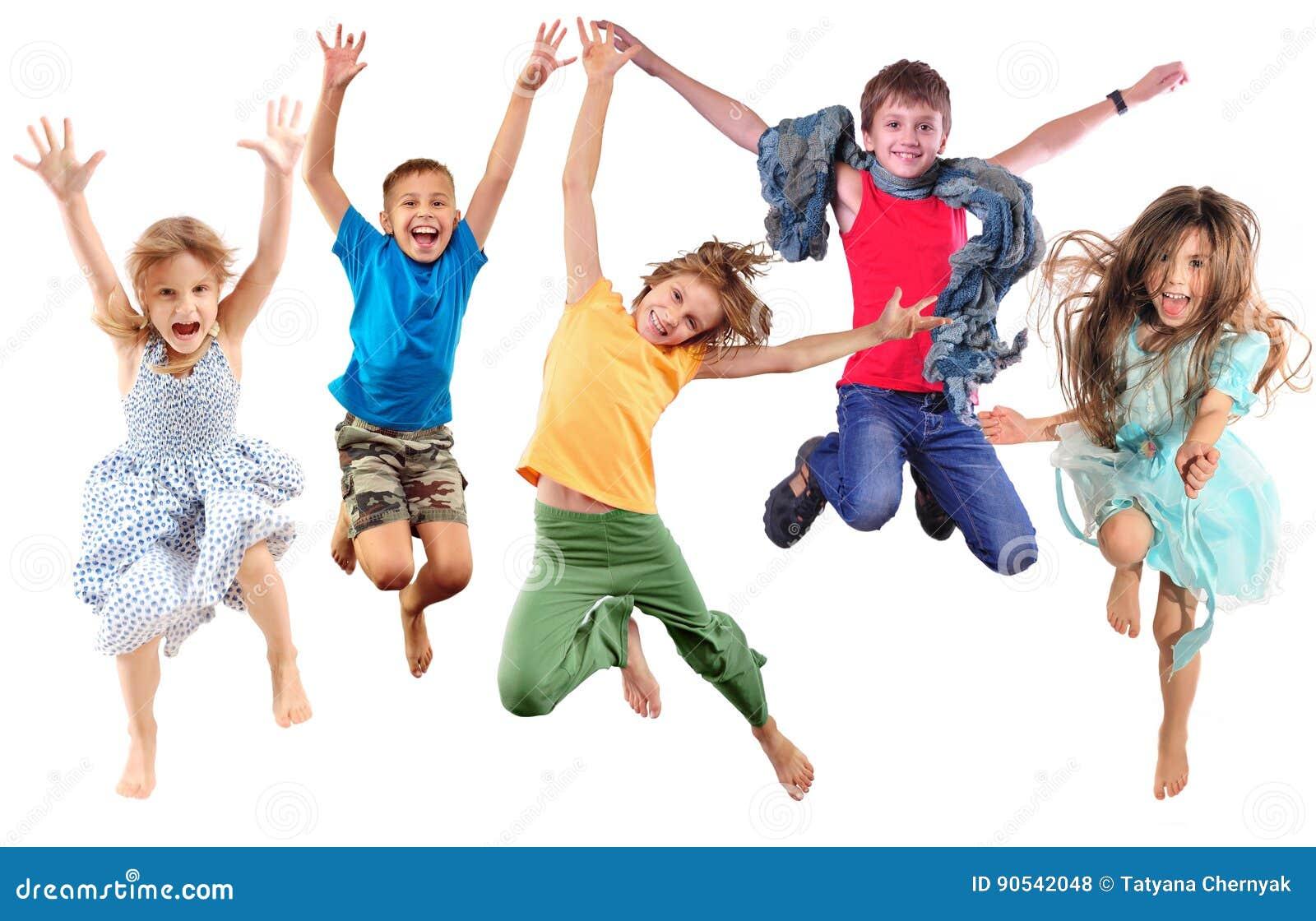 Groupe d enfants folâtres gais heureux sautant et dansant