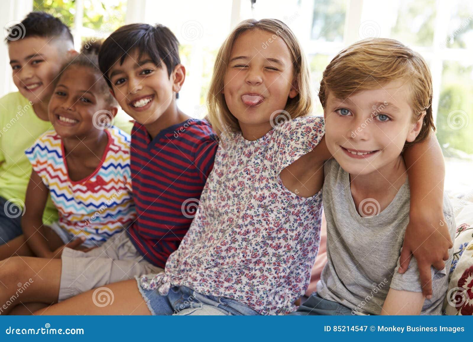 Groupe d enfants multiculturels sur le siège fenêtre ensemble