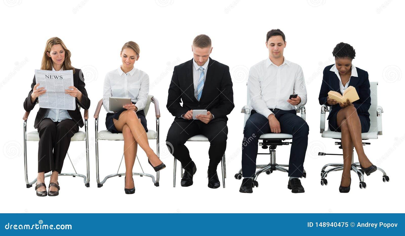 Groupe d hommes d affaires attendant l entrevue