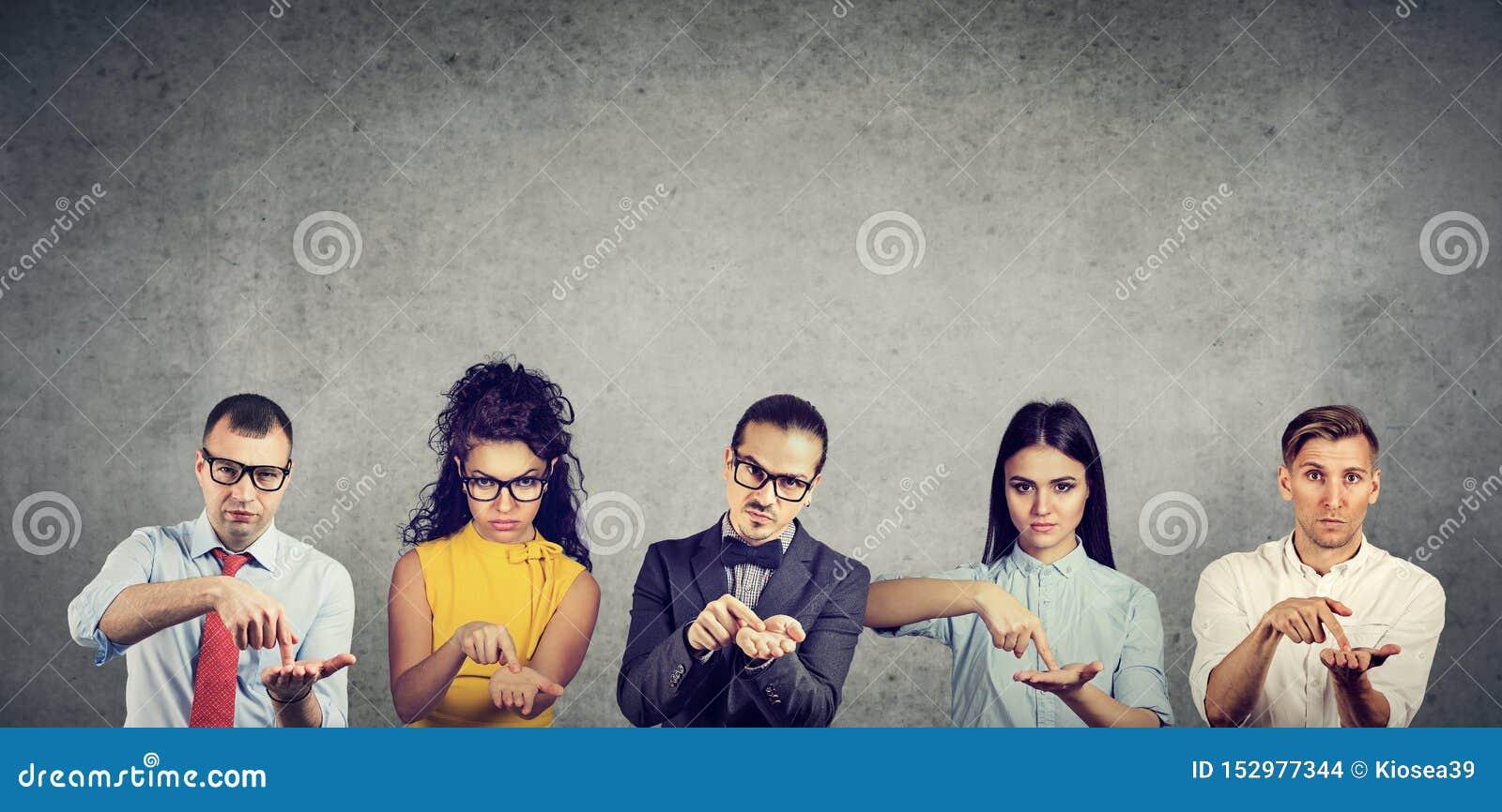 Groupe d hommes sérieux et de femmes d hommes d affaires demandant plus d argent