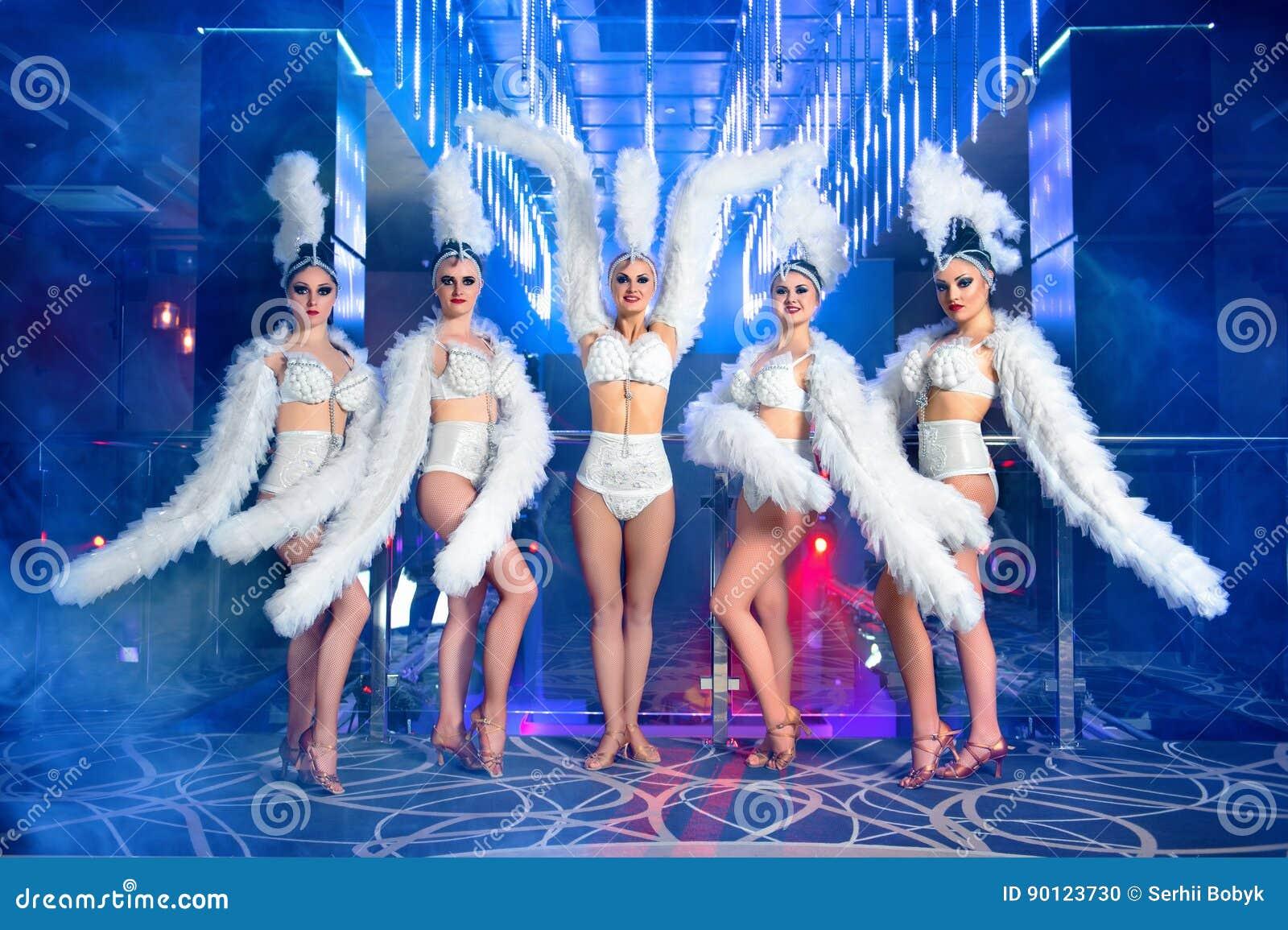 Groupe de beaux danseurs féminins dans des costumes blancs de carnaval