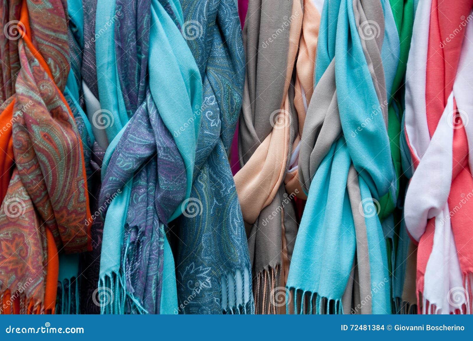 87ae617cedb7 Groupe De Belles écharpes Colorées En Coton Et Laine Photo stock ...