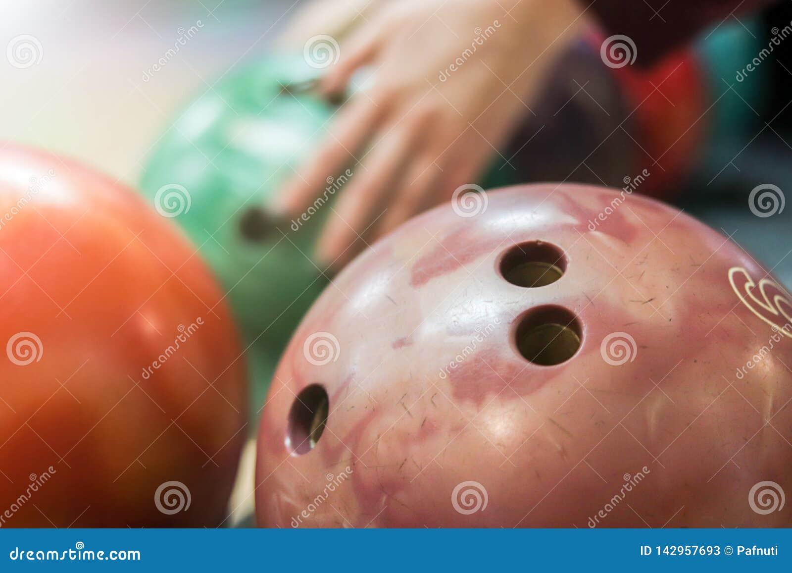 Groupe de boules de roulement colorées dans le club