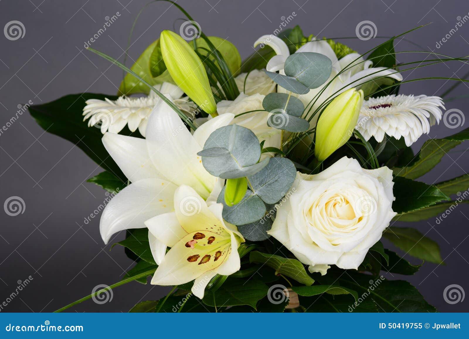 Groupe de bouquet de belles fleurs blanches avec les roses for Bouquet fleurs blanches