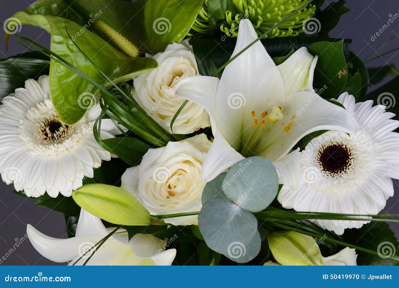 groupe de bouquet de belles fleurs blanches avec les roses blanches le lis et la marguerite. Black Bedroom Furniture Sets. Home Design Ideas