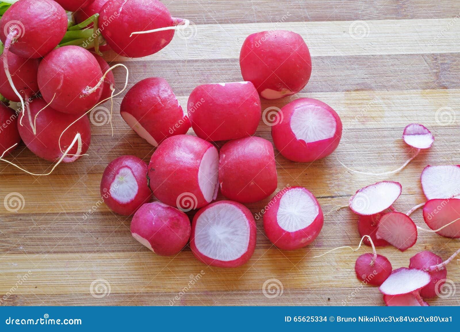 Groupe de cadrage supérieur de paysage de radis rouges