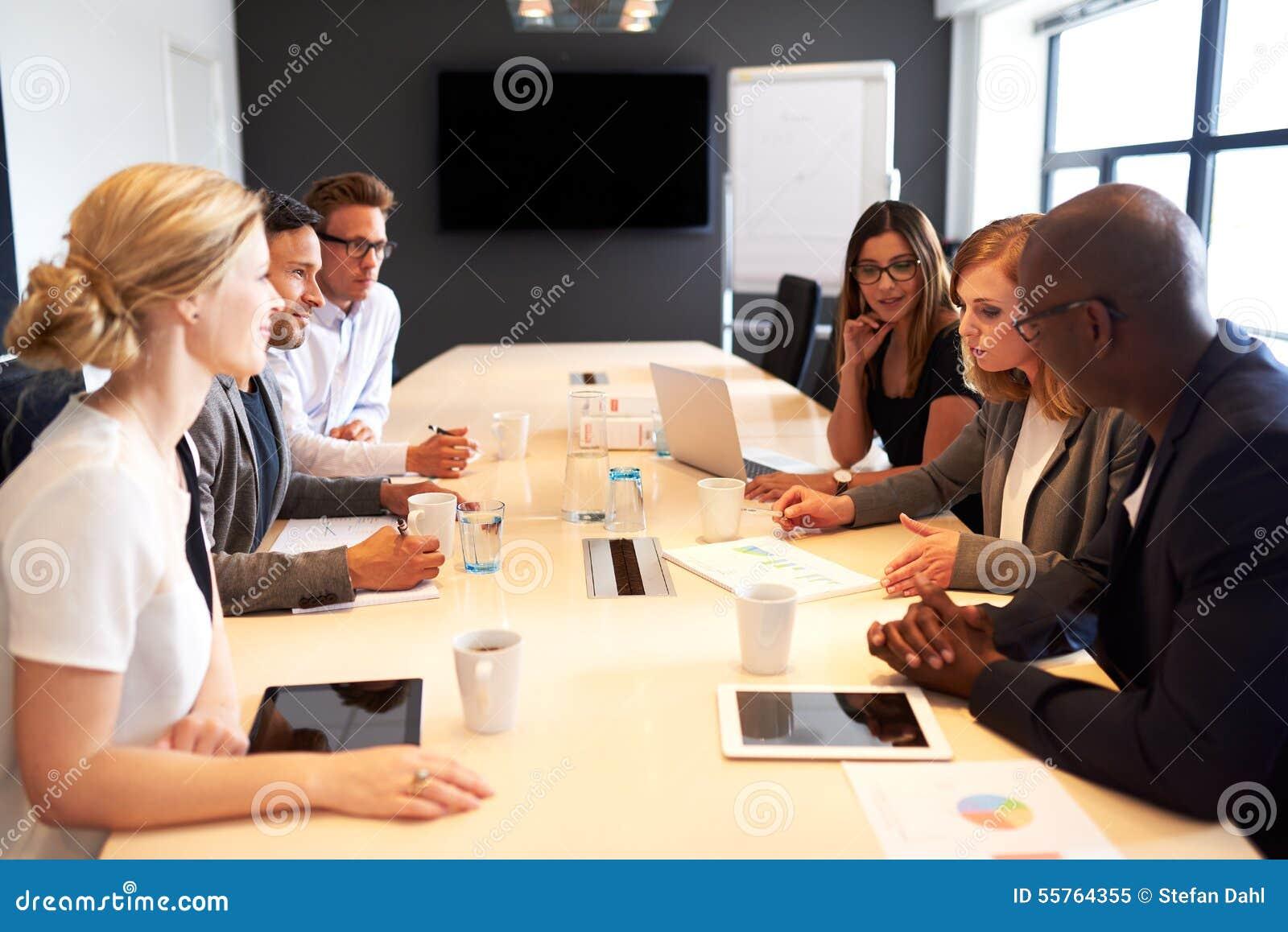 Groupe de cadres ayant la réunion dans la salle de conférence