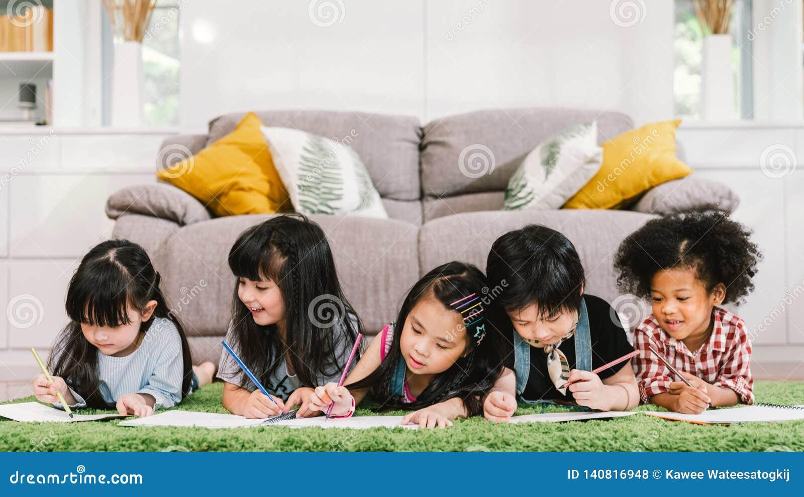 Groupe de cinq jeunes enfants préscolaires mignons multi-ethniques, d étude heureuse de garçon et de filles ou de réunir à la mai