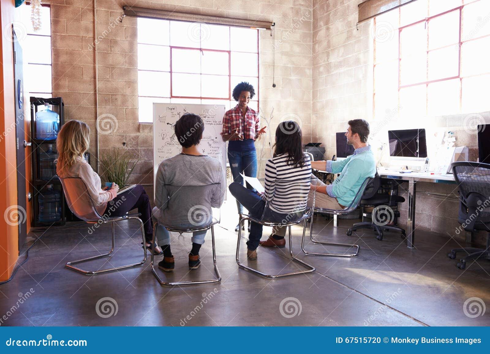 Groupe de concepteurs ayant la session de séance de réflexion dans le bureau