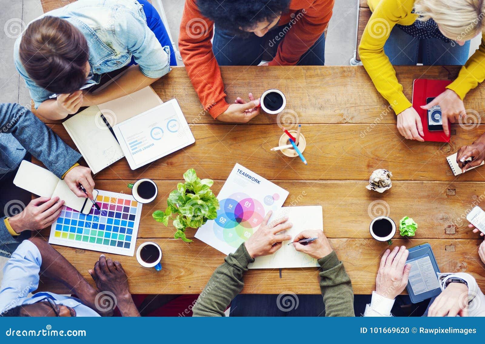 Groupe de concepteurs divers ayant une discussion